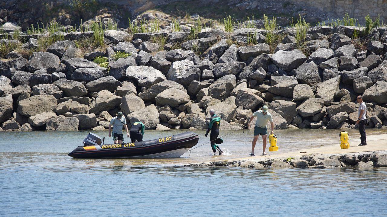 En la zona se encuentran el Helimer 401, la embarcación Salvamar Regulus y el buque Don Inda, además de Protección Civil, que recorre el litoral por tierra.