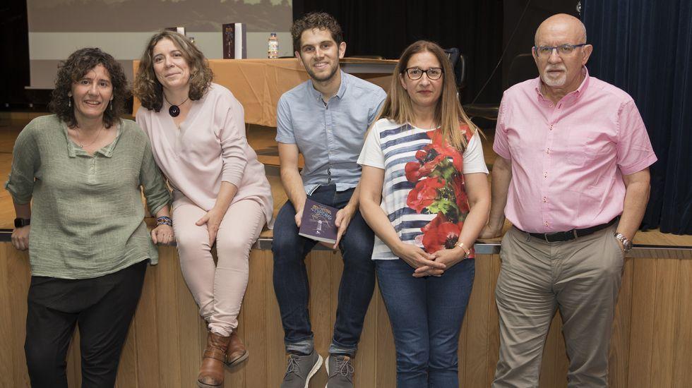 ¡Mira aquí las imágenes de la Bandera Concello da Pobra de traineras!.Pablo Manuel Piñeiro, segundo por la derecha, en una fotografía con sus compañeros de clase (Jorge Hermo, Miranda Carou y Marina Ramallo) con los que participó en la olimpiada matemática gallega y en la que quedó tercero.