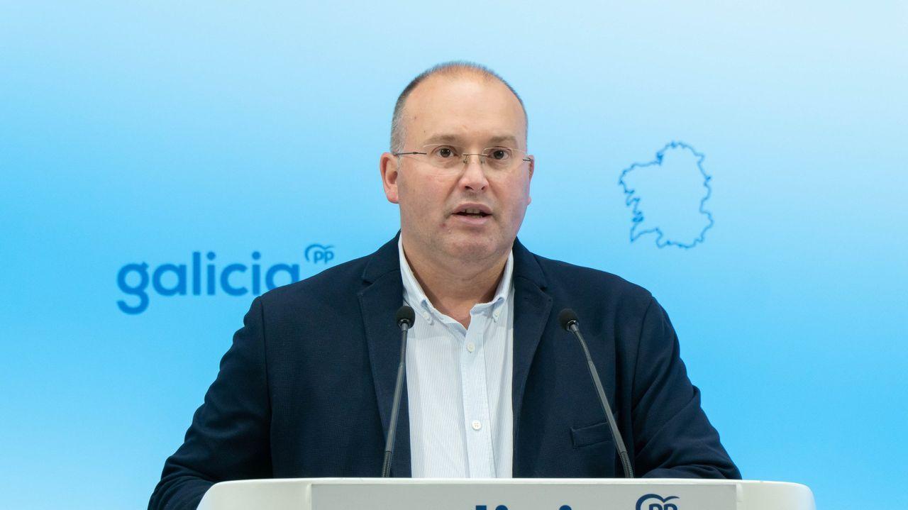 La comarca de Ferrol exige al Gobierno central y la Xunta que reindustrialicen la zona con fondos de la UE.Javier Losada y Alberto Núñez Feijoo, durante el encuentro de esta tarde entre ambos
