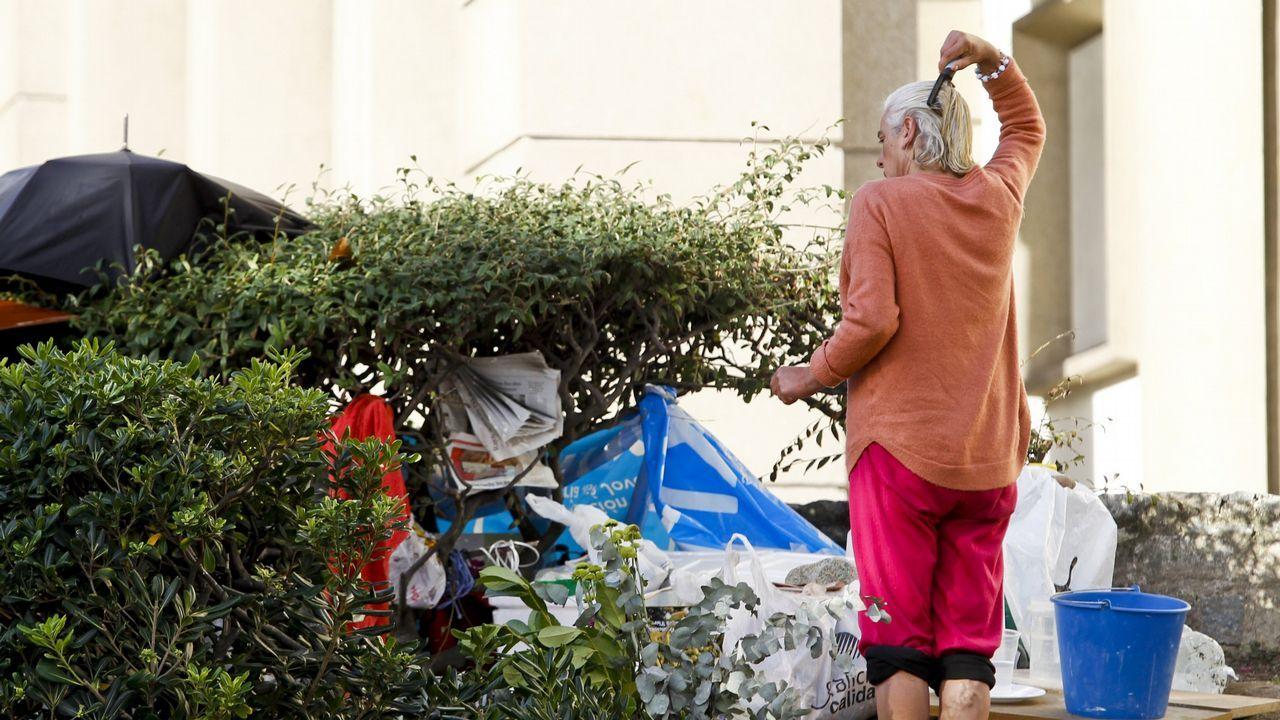 «A pobreza dentro da cidade hai que ir buscala, non é fácil vela».SEÑORA VIVIENDO EN LAS ESCLAVAS, CRECIMIENTO DEL CAMPAMENTO Mercedes, la mujer que desde hace dos meses vive debajo de un árbol en el jardín situado entre la iglesia de las Esclavas y el mar