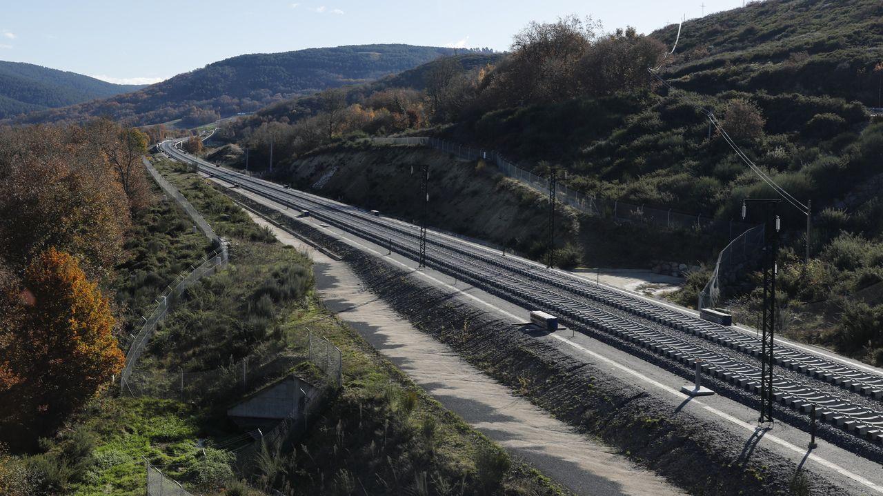 Balasto y traviesas desplegadas, así como algún poste de catenaria, en Vilar de Barrios, en el tramo del AVE entre Pedralba y Ourense