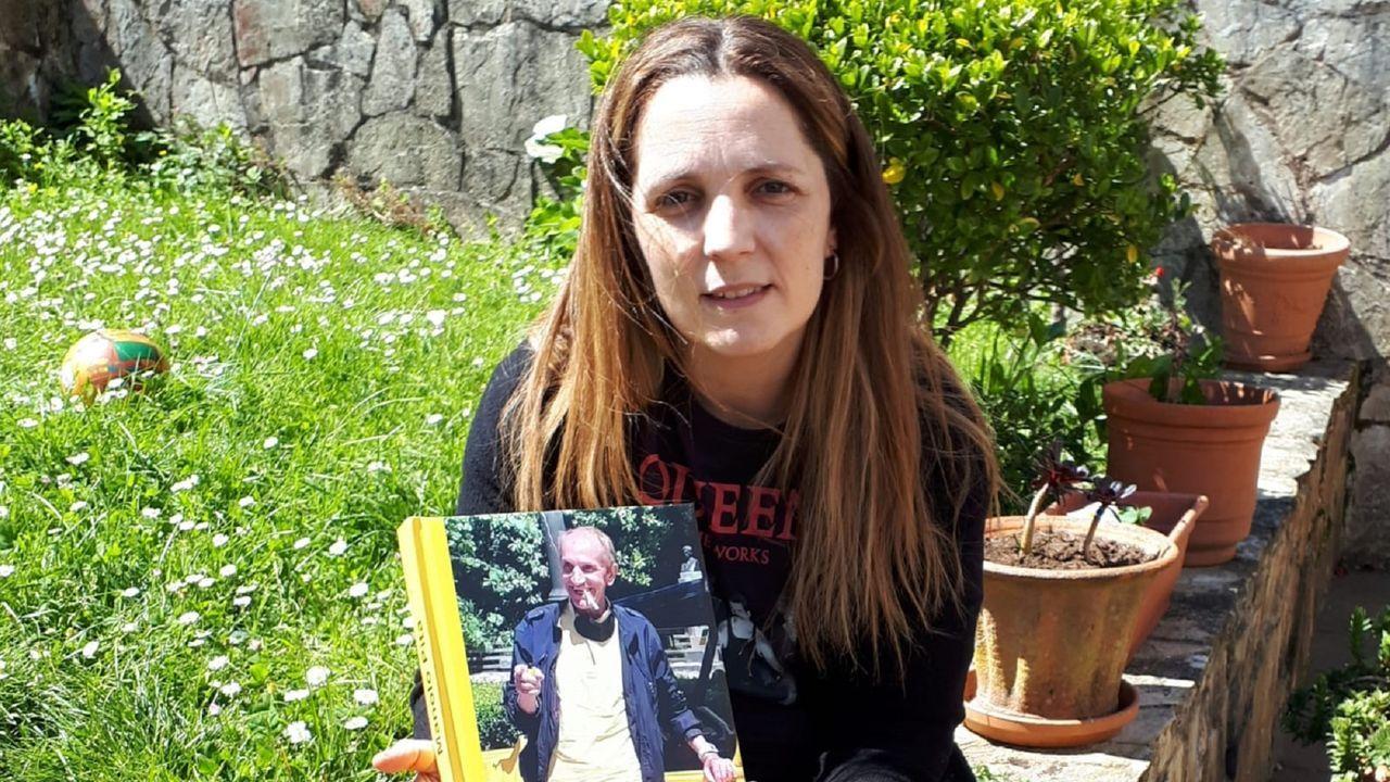 Iria Lamas Leira con el libro que diseñó con los recuerdos de su tío Manolo