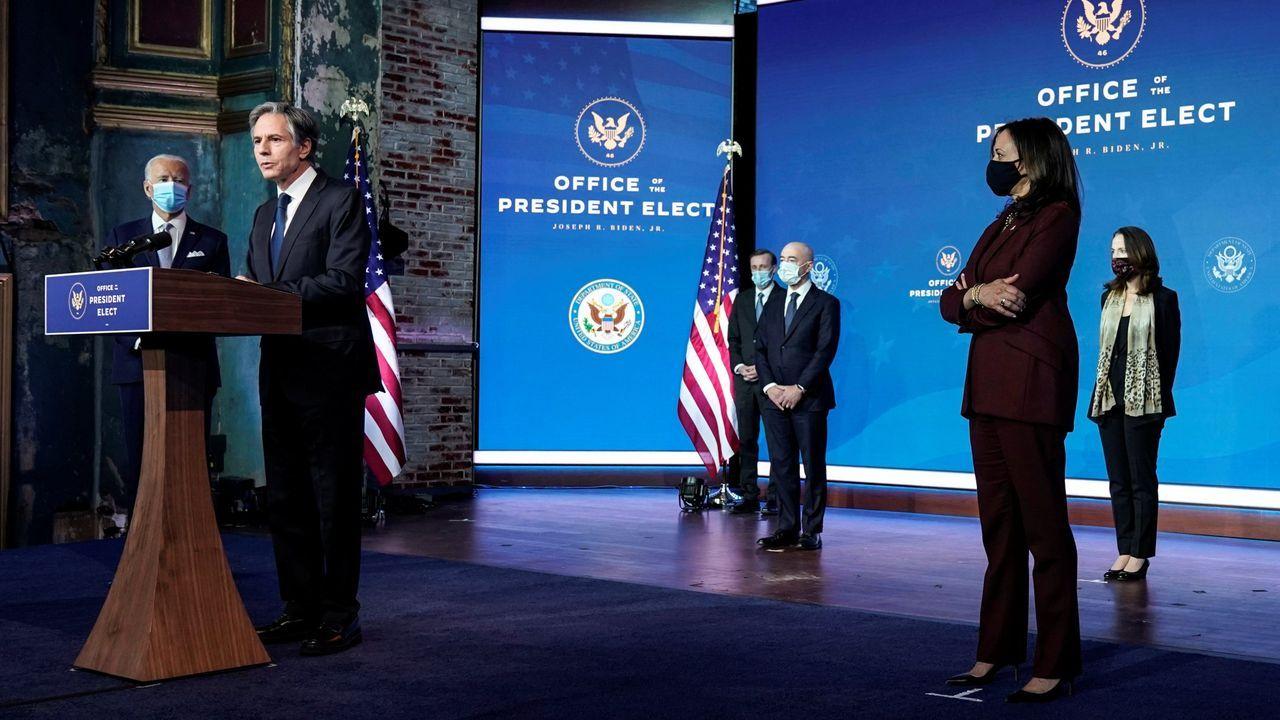 Joe Biden y Kamala Harris escuchan la intervención del nuevo secretario de Estado de EE.UU., Anthony Blinken
