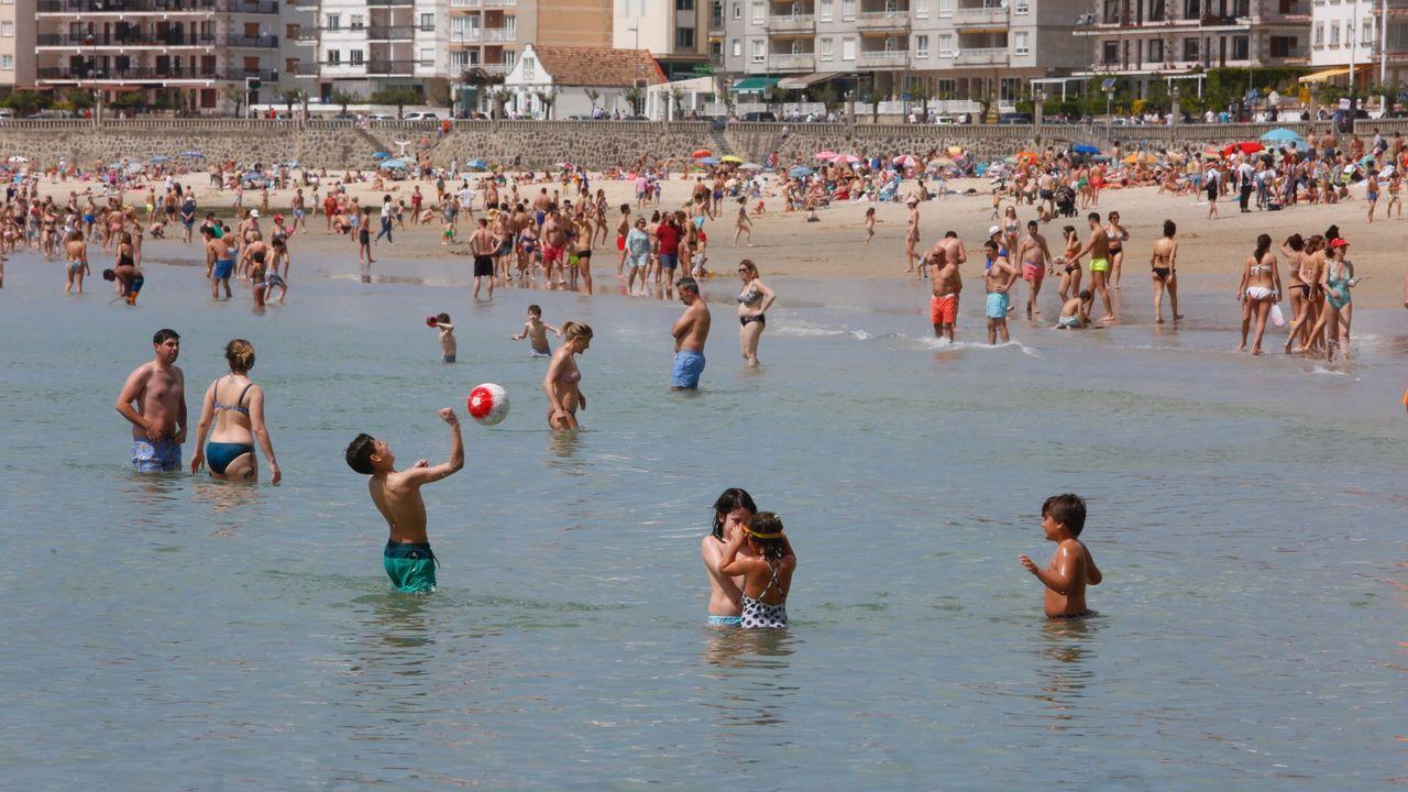 Usuarios llegan a la playa de Rodiles