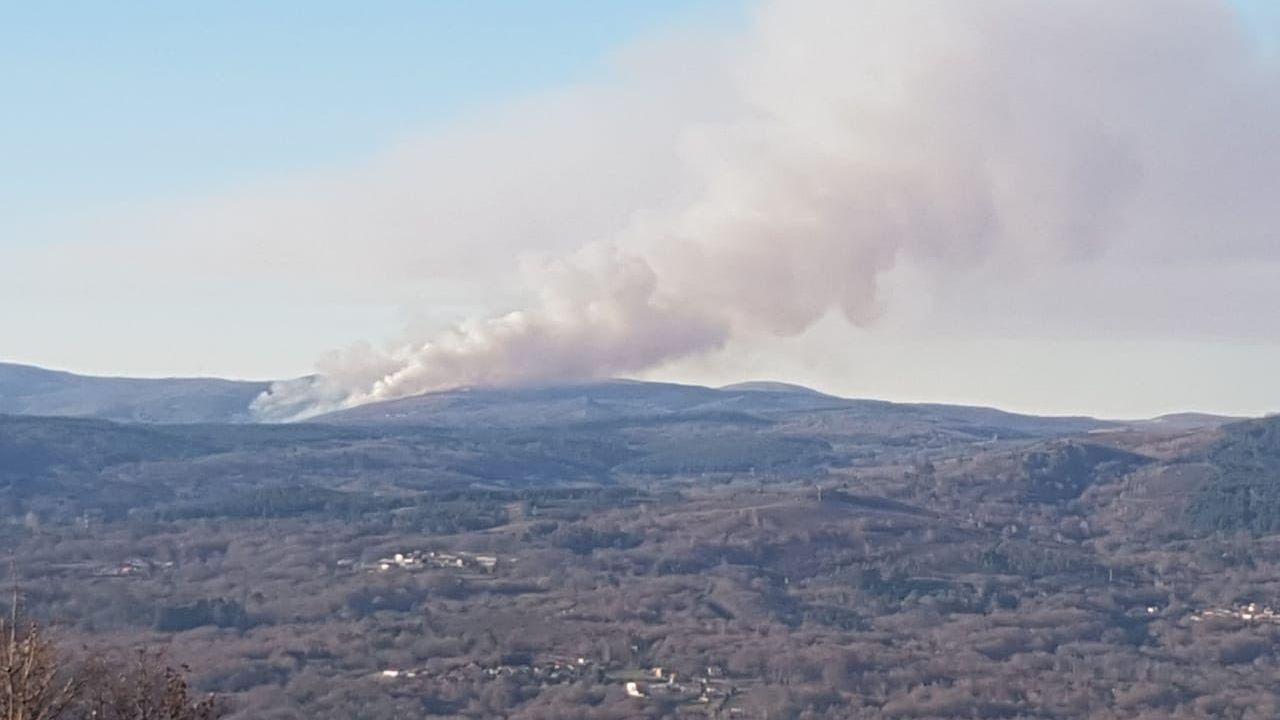 Imagen de archivo de un incendio en un monte de Lobeira