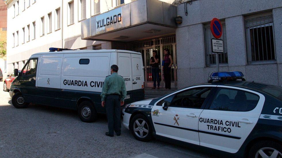 Comparsas en Chantada y Sober.Fotografía de archivo de un traslado de detendos por parte de la Guardia Civil al juzgado de Chantada