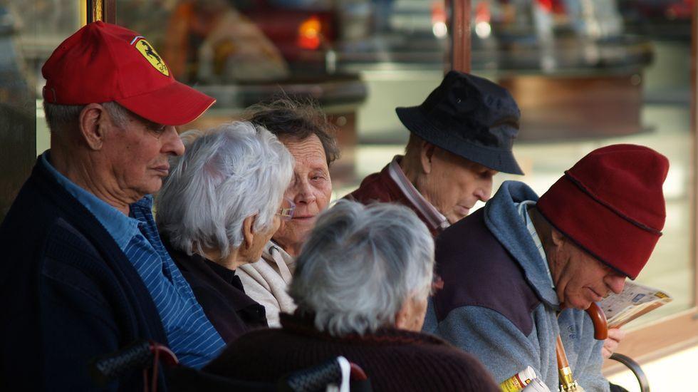 Un grupo de pensionistas en una calle de Monforte