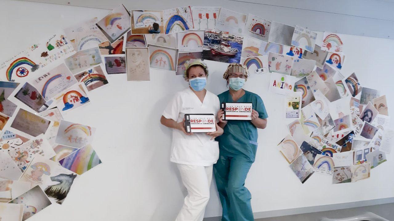Sanitarias del HULA muestran una de las donaciones de Cruz Roja