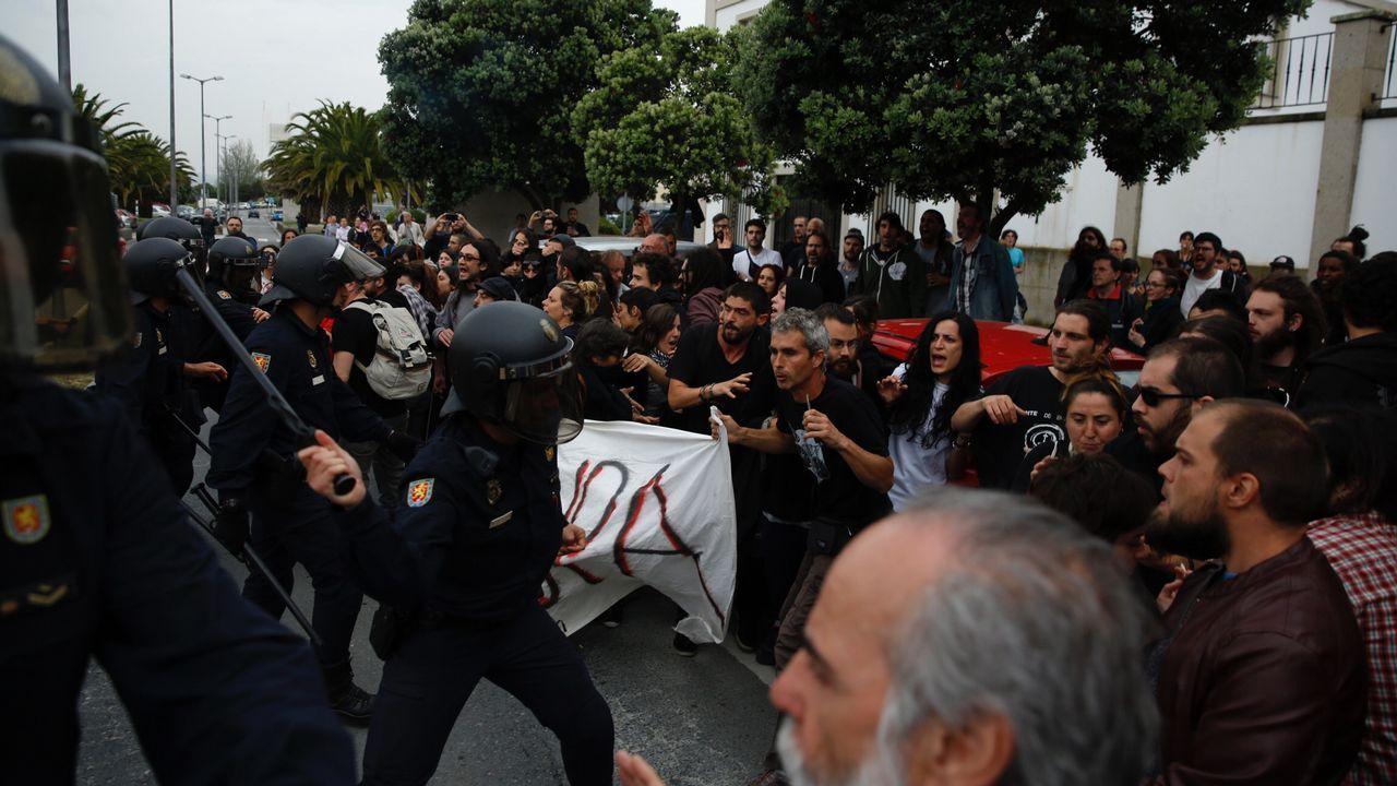 Nuevas cargas policiales en el desalojo de la Comandancia.El detenido en el desalojo de la Comandancia sale de declarar en los Juzgados