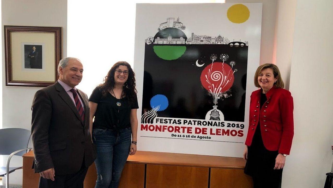 Presentación del cartel elegido para anunciar las fiestas del 2019 -realizado por Sonia Álvarez- en una imagen de archivo