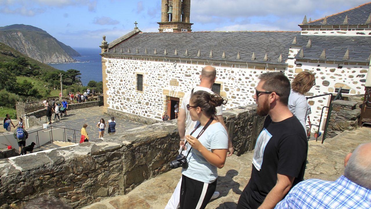 Los turistas abarrotan este agosto el entorno de San Andrés de Teixido