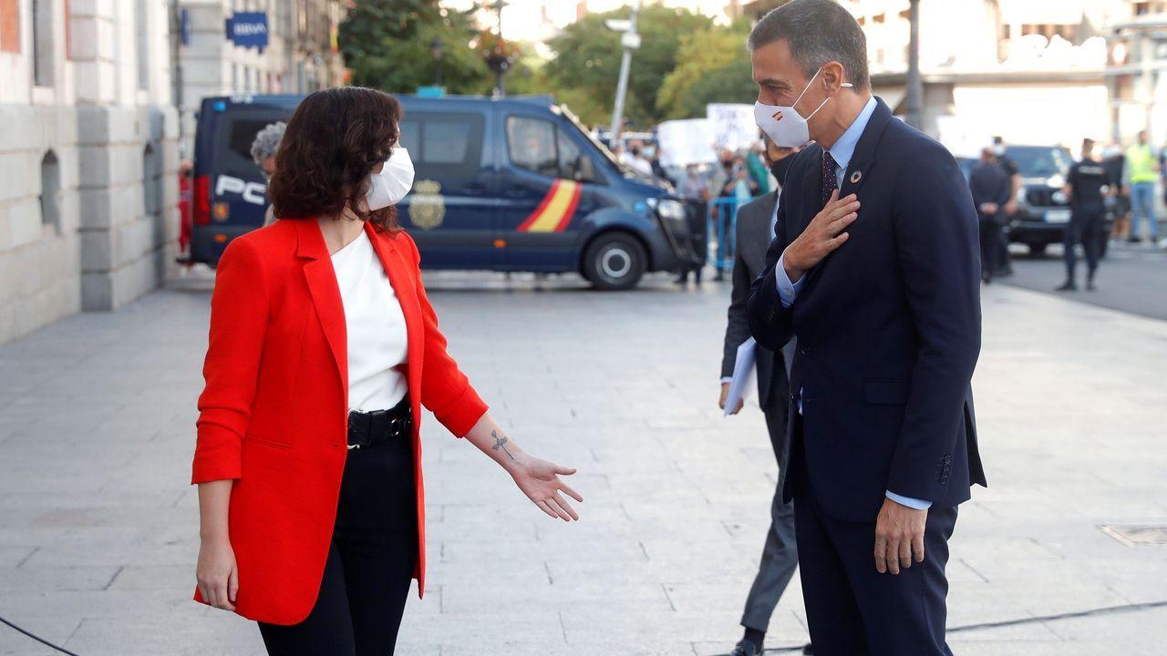 La presidenta de la Comunidad de Madrid, Isabel Díaz Ayuso, recibe al presidente del Gobierno, Pedro Sánchez.