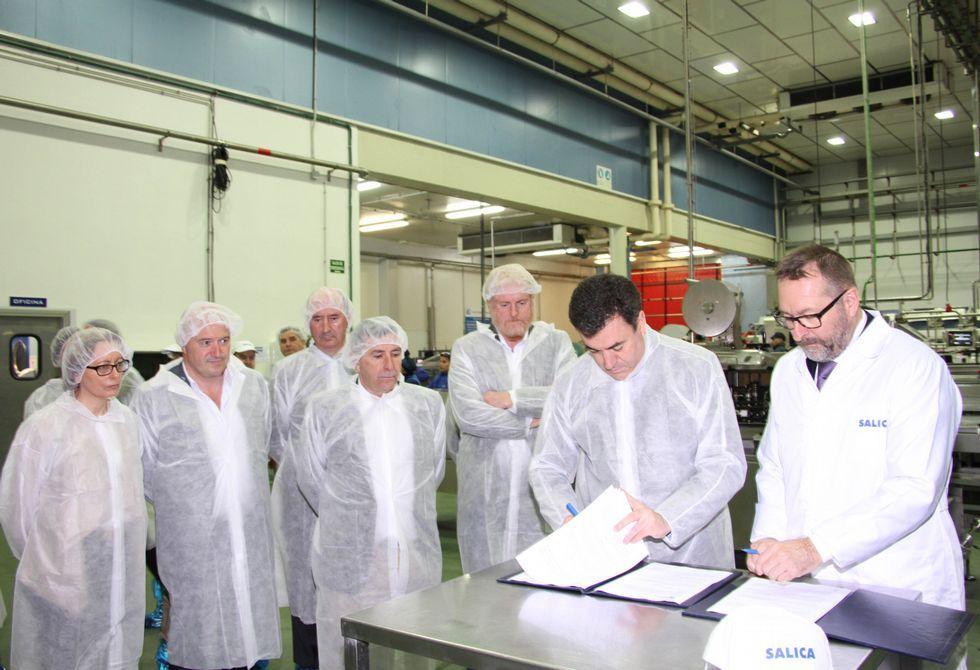 La ministra Fátima Báñez visita el centro de La Molinera.El conselleiro de Educación y el presidente de Salica firmando el convenio en la fábrica.