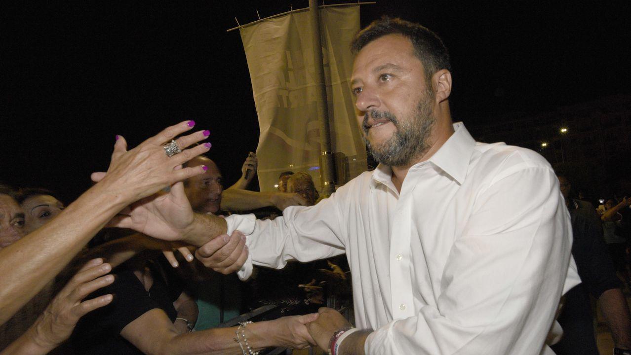 Guiseppe Conte (derecha), estrecha la mano del presidente de la República, Sergio Mattarella, en la sede de la Jefatura del Estado italiano