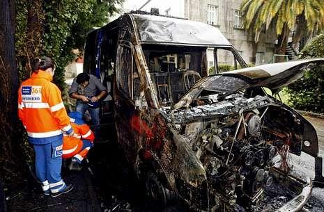 <span lang= es-es >Una huelga larga y dos ambulancias quemadas</span>. El conflicto laboral en Transa superó los cinco meses -del 9 diciembre al 15 de mayo- e incluyó actos vandálicos, los más graves la quema de una ambulancia medicalizada en Pontevedra (en la foto) y una asistencial en Bueu.
