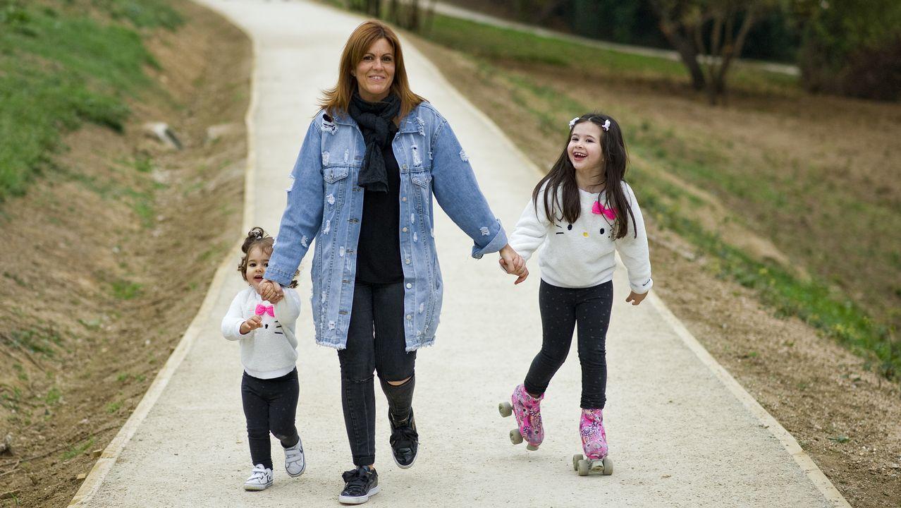 Eva Bares y sus hijas, Martina y Laura, disfrutando del recorrido entre Mera y Canide.En el balcón de Santa Ana, en Mera. Eva con sus niños paseando por la nueva senda peatonal