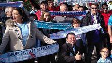 María Juncal,  a la izquierda de la imagen, posando con el resto de aficionados con la bufanda de la peña de su hijo