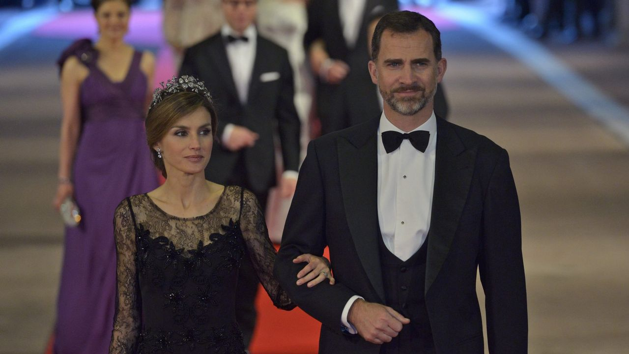 2013. El, por entonces, príncipe heredero de España Felipe y la princesa Letizia a su llegada a la cena de gala que la Reina Beatriz de Holanda ofrece a 18 casas reales de todo el mundo
