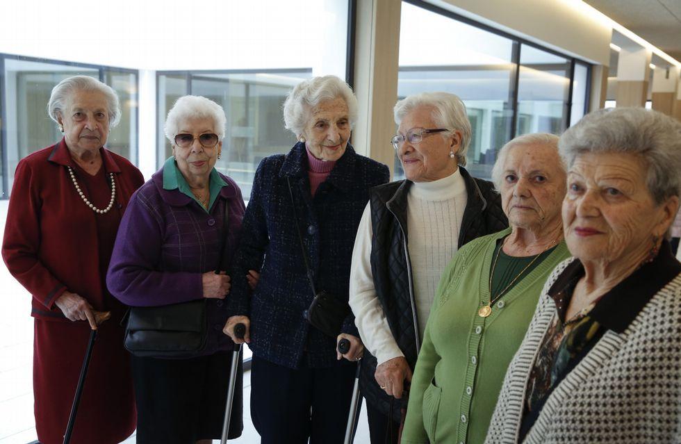 <span lang= es-es >«Estamos encantadas»</span>. Amelia Ferreiro Naya (92 años), Carmen García González (93 años), María Generosa Ramos Silva (101 años), Lucía Prada Rodríguez (92 años), Manola García Lagares (93 años) y Josefina Pérez Alonso, «Fifí» (90 años), en uno de los pasillos de la residencia geriátrica Padre Rubinos, que este grupo de mujeres coincide en valorar con dos palabras: «Estamos encantadas».
