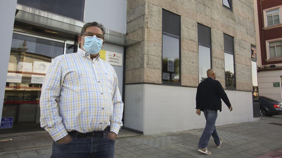 Andrés Alba, durante un momento de la protesta que realizó ayer frente a la Tesorería de la Seguridad Social
