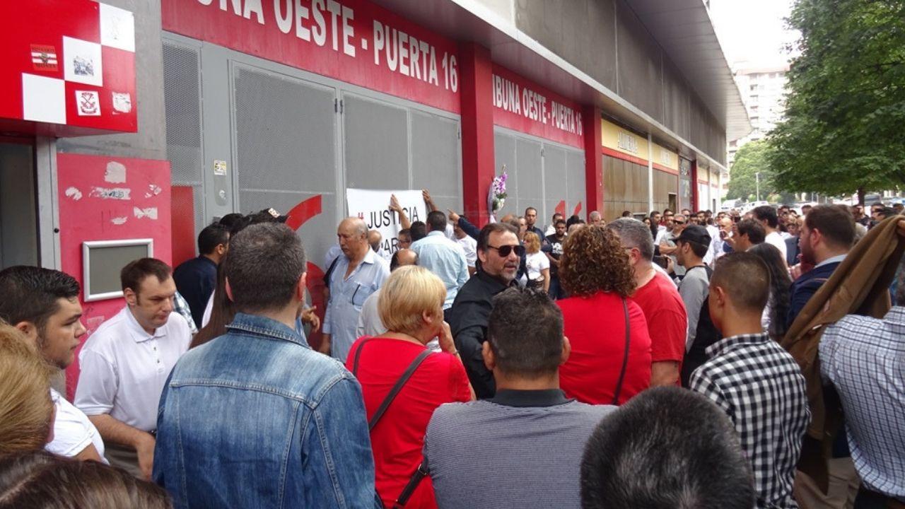 Asistentes a la concentración en la puerta 16 de El Molinón