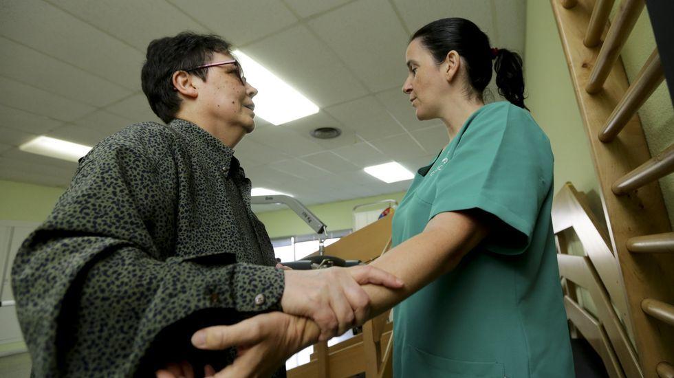 Inés Cortés, terapeuta ocupacional de Adaceco, durante la rehabilitación intensiva de una paciente