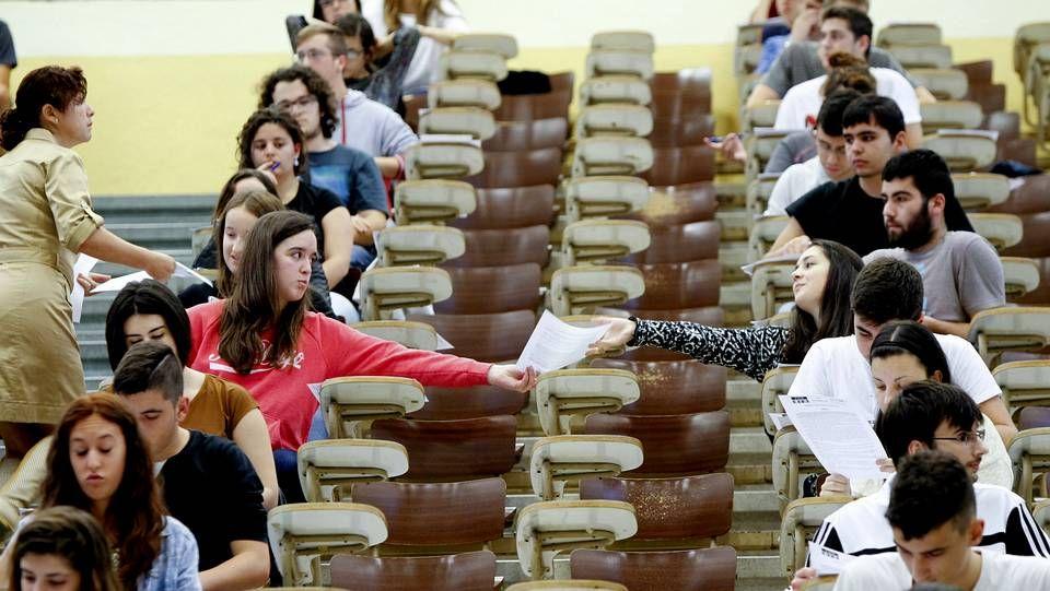 Varios universitarios antes de examinarse para obtener una plaza de médico residente (MIR)
