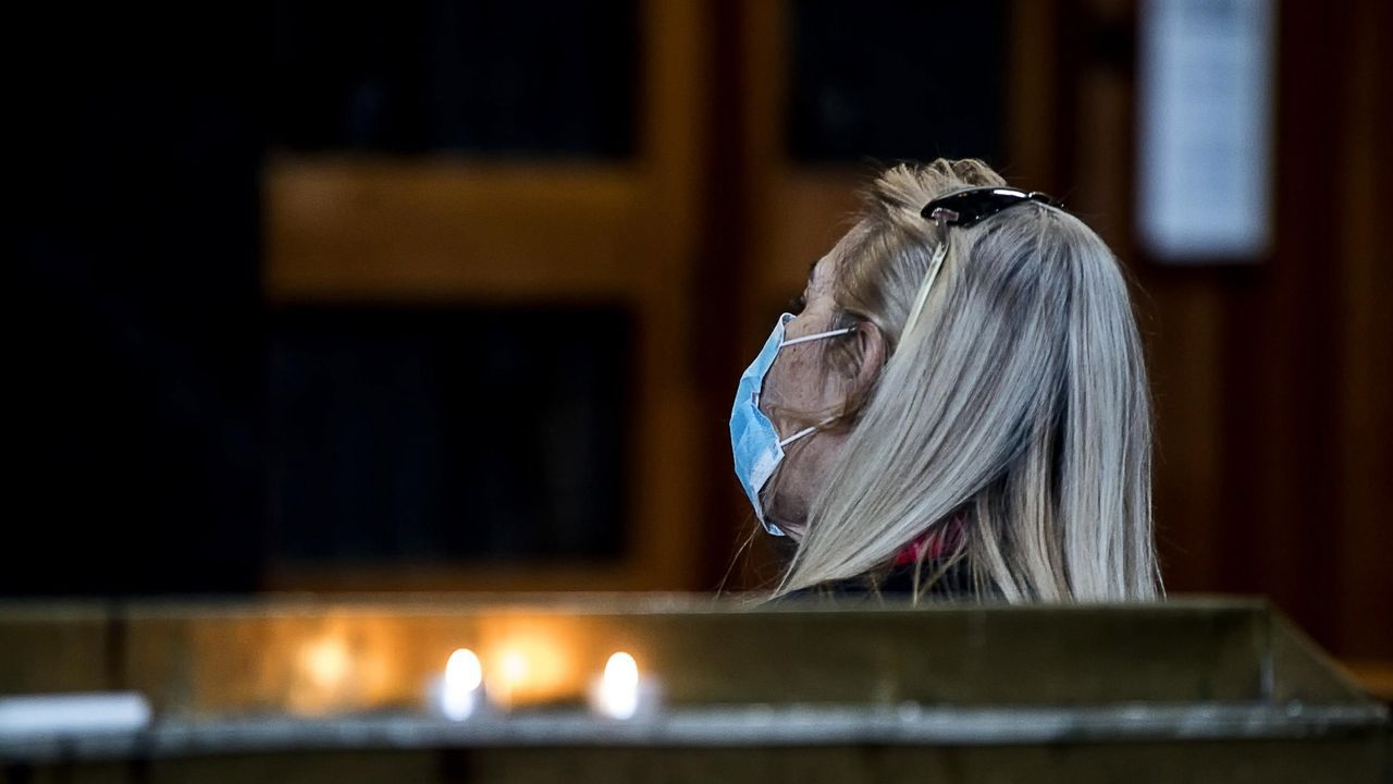 Una mujer ora en una iglesia italiana