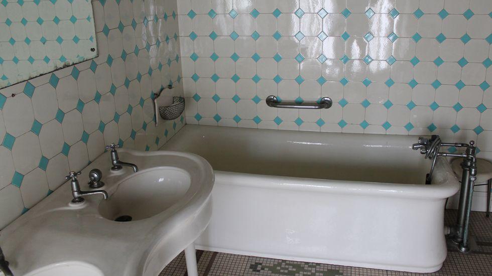Baño catalogado en la segunda planta de la Casa Paquet