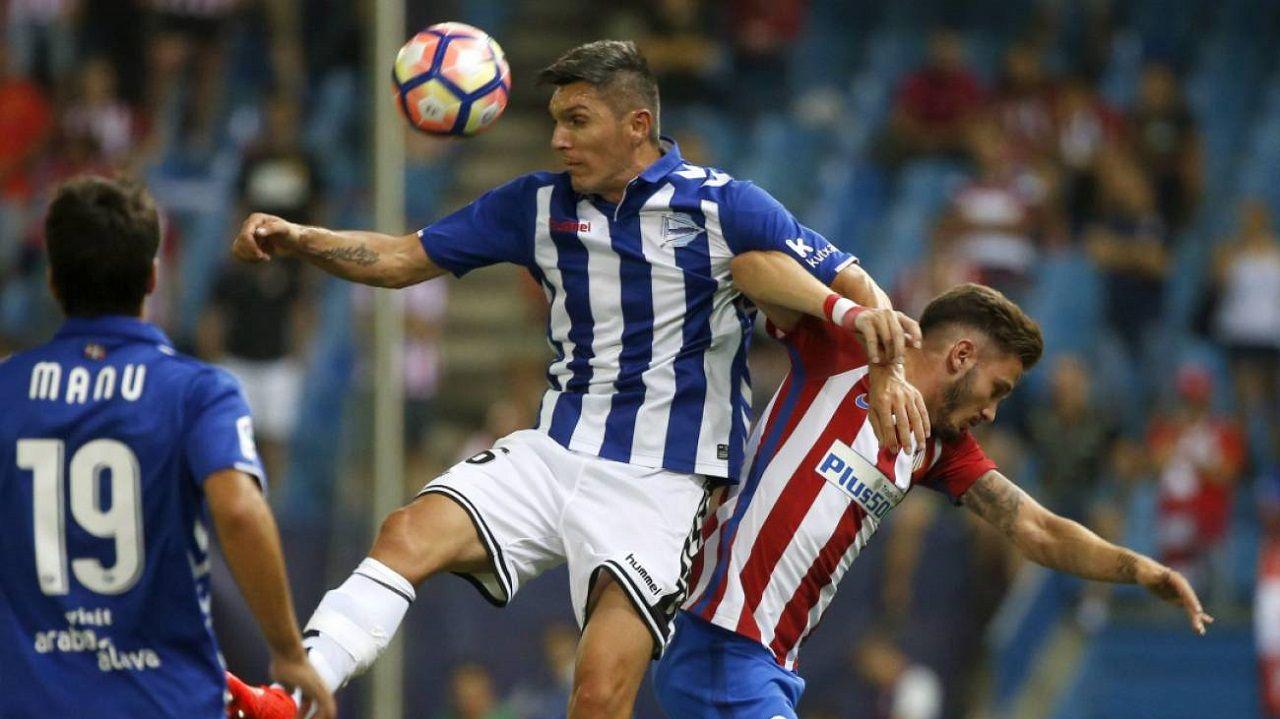 Dani Torres salta junto a Saúl Ñíguez en un Atlético-Alavés