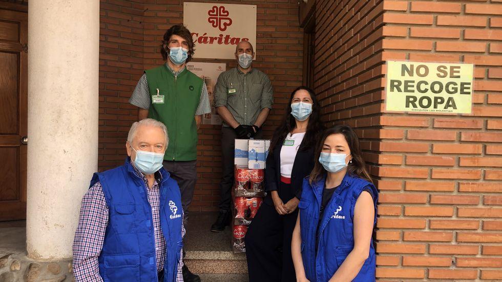 Colas que no cesan ante el Banco de Alimentos de Lugo.Mercadona entregó 1.400 kilos de alimentos a Cáritas Valdeorras