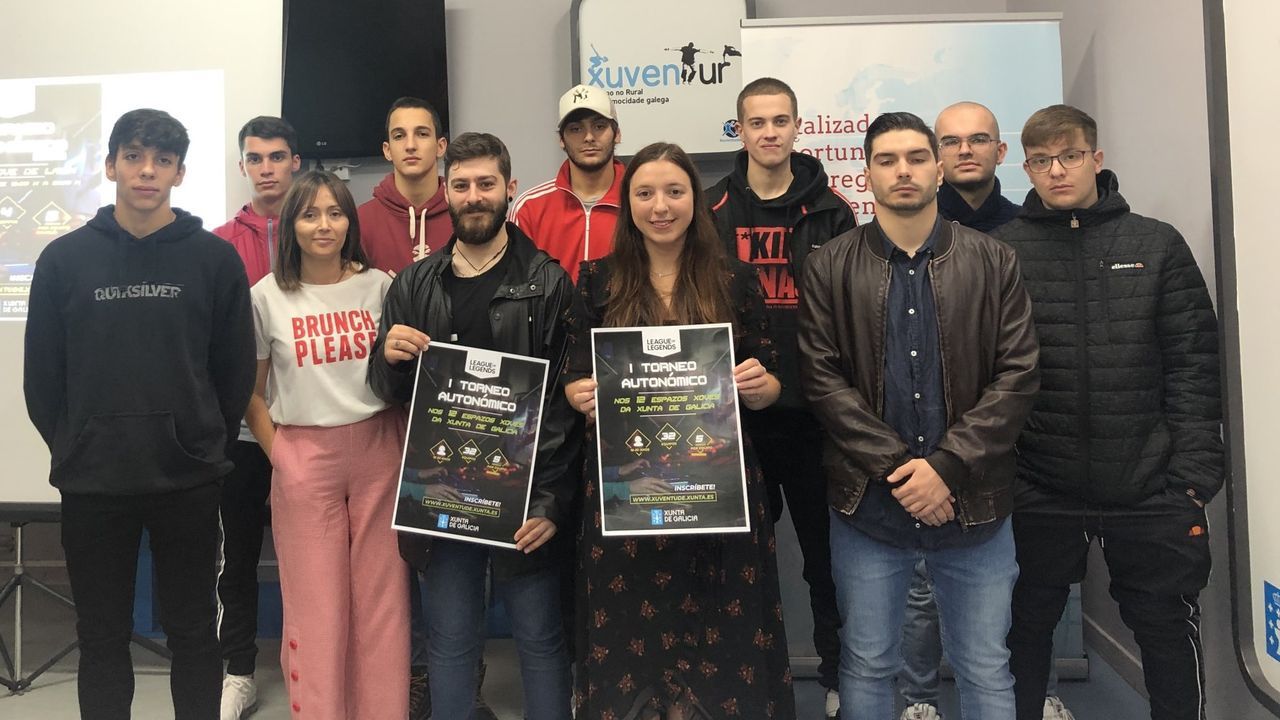 La directora xeral de Xuventude, Participación e Voluntariado, Cristina Pichel -en el centro- presenta el primer torneo gallego de League of Legends