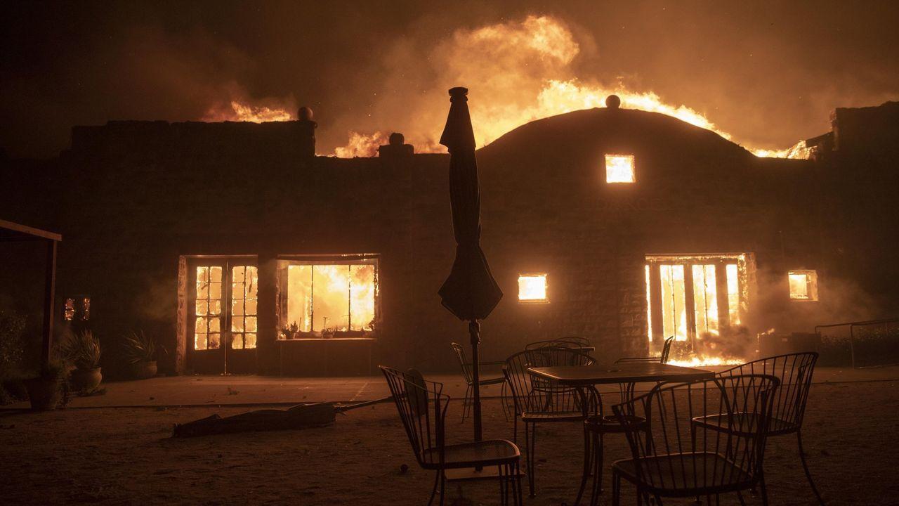 Una famosa vinoteca de California siendo arrasada por el fuego