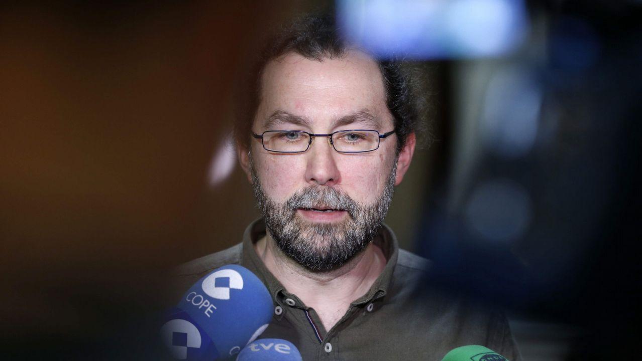 El portavoz de Podemos, Emilio León, interviene en la Junta General ante la mirada de Javier Fernández y Guillermo Martínez.Emilio León