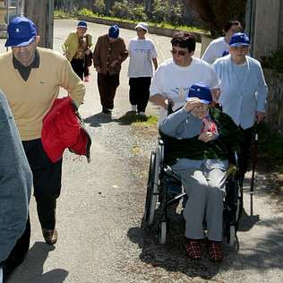 Imagen de archivo, de paseo de ancianos del asilo de Foz.