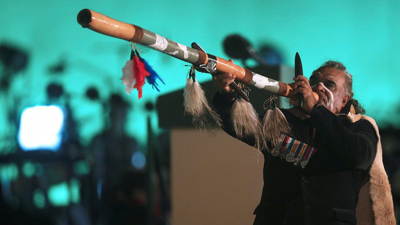 Un aborigen australiano realiza una actuación durante el centenario de Anzac, fiesta nacional de Australia y Nueva Zelanda