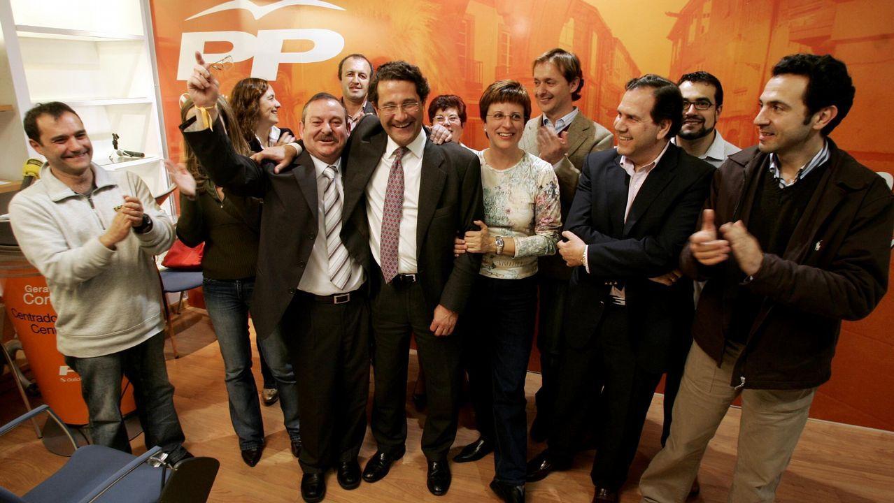 La vida de los 11 exconselleiros de Feijoo.Gerardo Conde Roa, a la izquierda, junto a su abogado, llegando al juzgado de Lugo para declarar ante Pilar de Lara en marzo del 2014