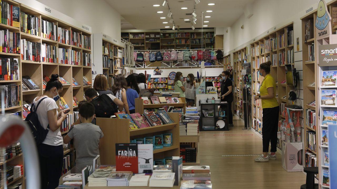 Colas para pagar en la libreria Nobel