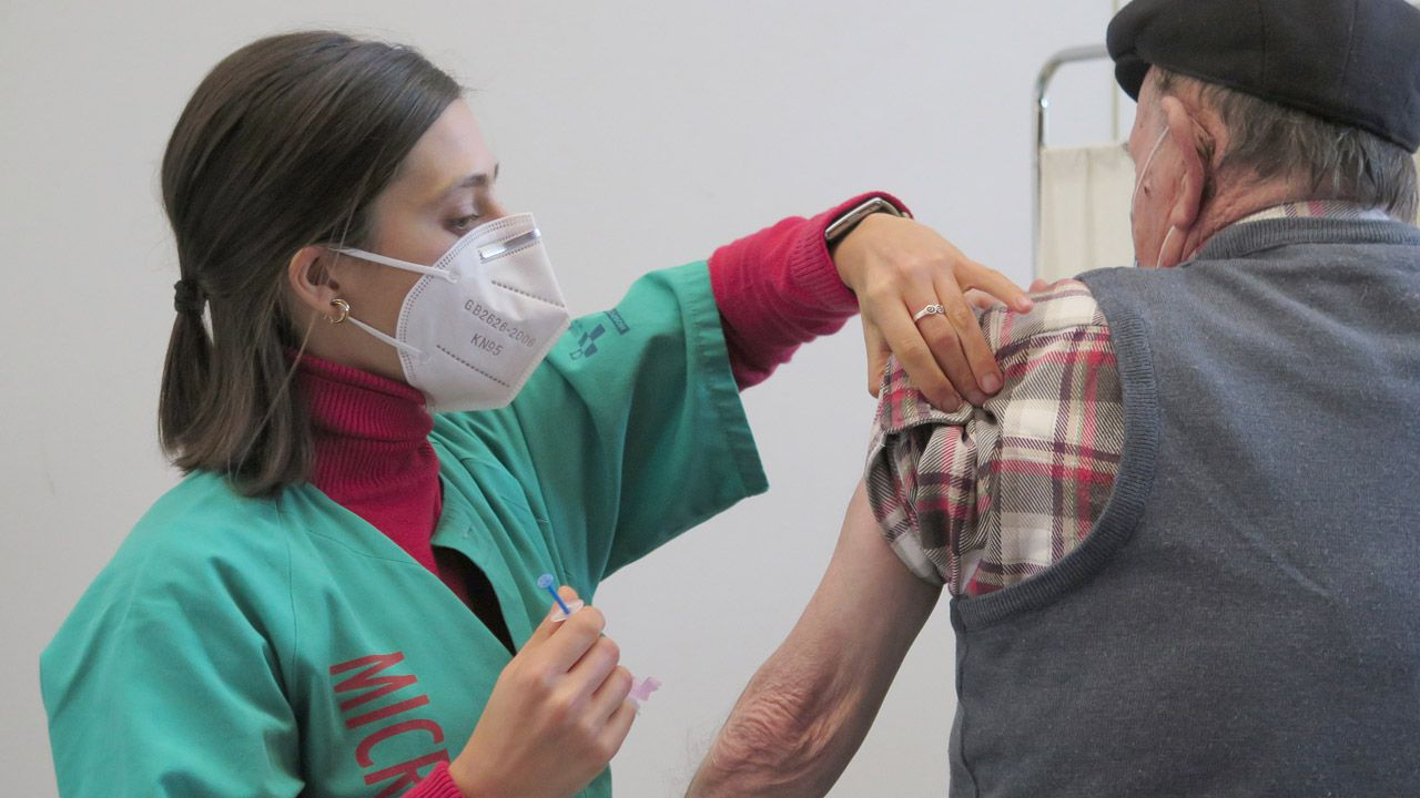 Figueiras se jubila.Vacunación contra la covid en el Palacio de Deportes de La Guía, de Gijón