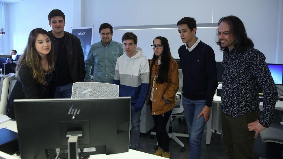 Touriñán prepara o torneo de pádel con Martín Piñeiro.Diego (segundo por la izquierda), Javier (de sudadera blanca y azul) y Erika, a su lado, escuchan las explicaciones de Eva Romero, desarrolladora de Altia, sobre el trabajo en la empresa