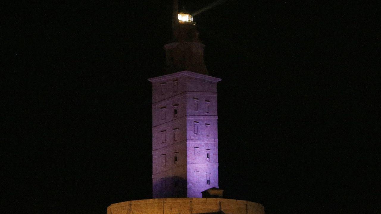 La Torre de Hércules iluminada de morado por el Día Mundial del Lupus