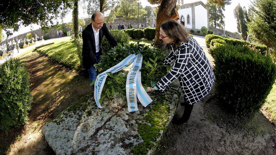 Ofrenda en la tumba de Valle-Inclán (Santiago)