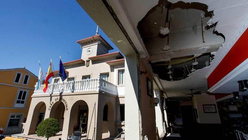 Los daños causados por el atentado de Baralla.Pensado abrazando efusivamente a Martínez, mientras Veiga evitó al candidato del PSOE.