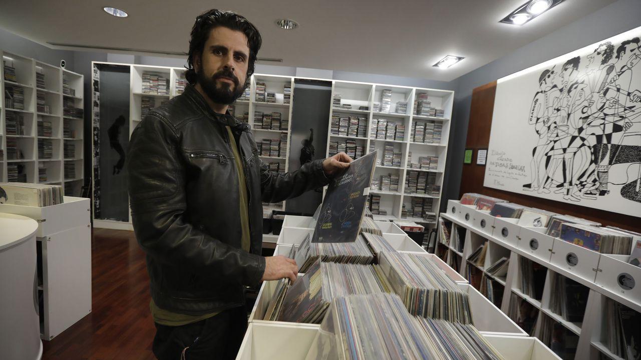 En La Galleta Music Shop.Molares, Alcalá y Rubia coincidieron visitando la exposición homenaje a su mutuo amigo Andrés Do Barro