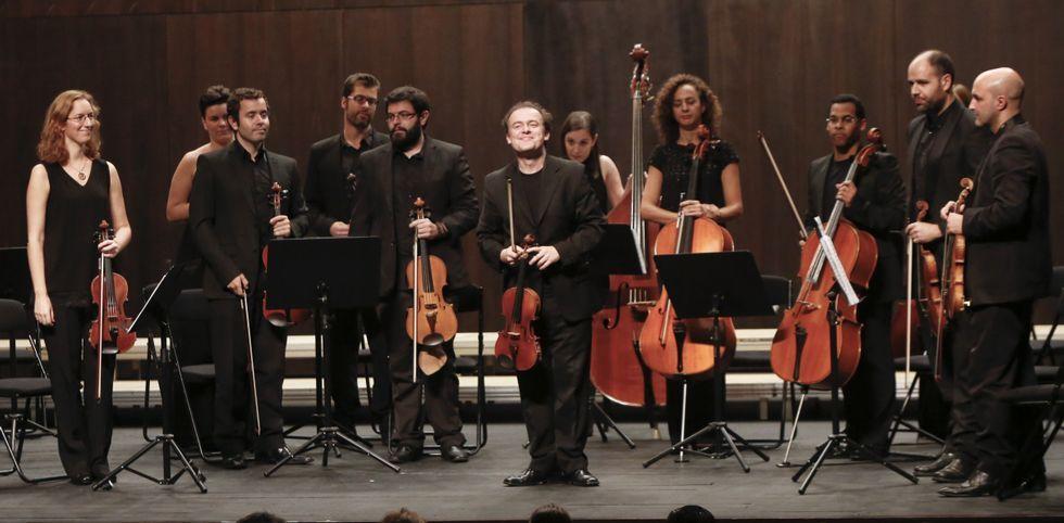 La Orquesta de Cámara Galega está dirigida por Rogelio Groba y formada por 20 músicos.