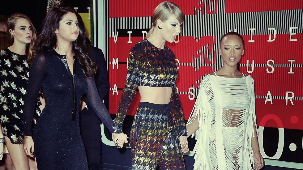 Selena Gómez, Taylor Swift, Serayah y Cara Delevigne en la gala de los MTV Video Music Awards 2015