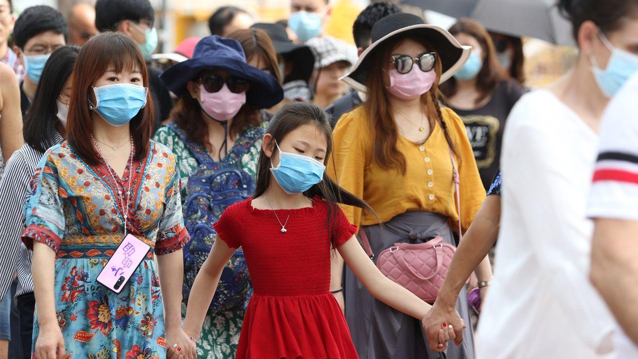 botiquines farmacia Asturias Laviana.Turistas extranjeros se tapan con máscaras contra el coronavirus durante una visita al templo del Buda Esmeralda, en la ciudad tailandesa de Bangkok