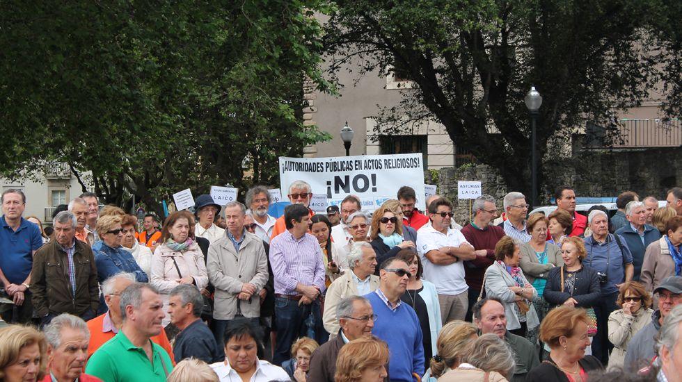 Público en el Campo Valdés, y la pancarta de Asturias Laica al fondo