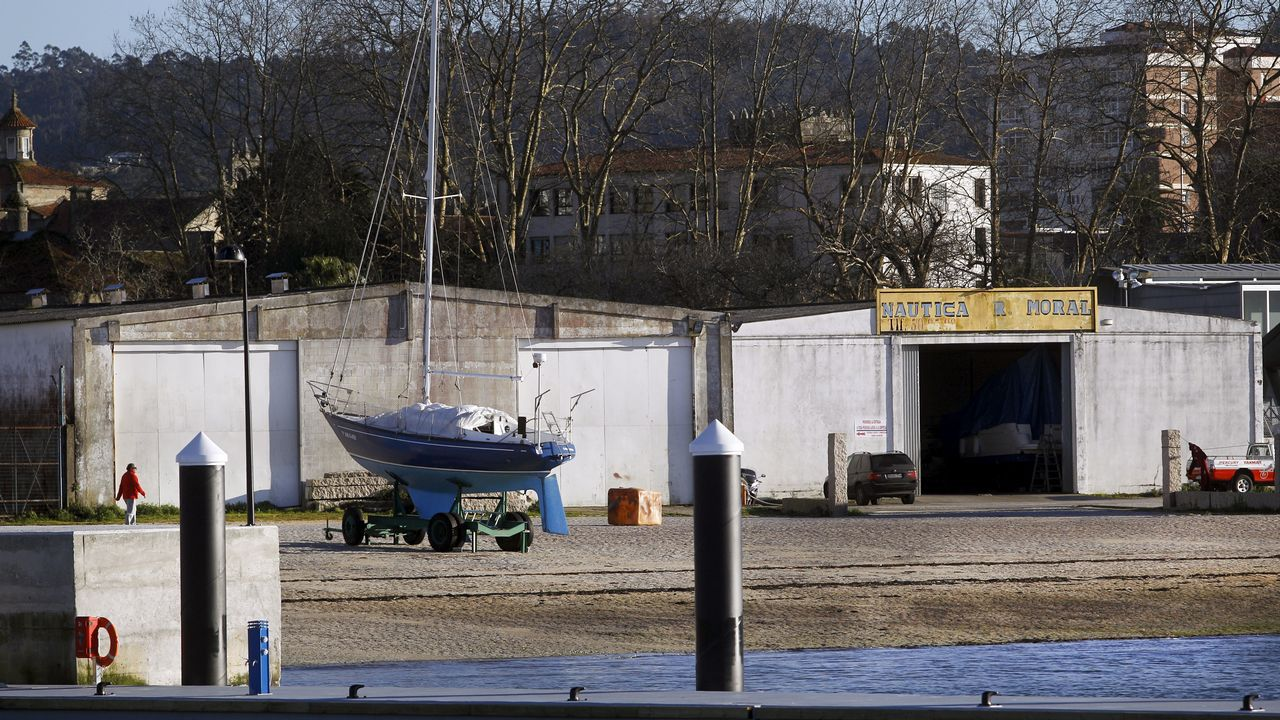Salón de náutica en Fexdega, Alberto Varela se interesa por el prototipo de vela de Antón Paz