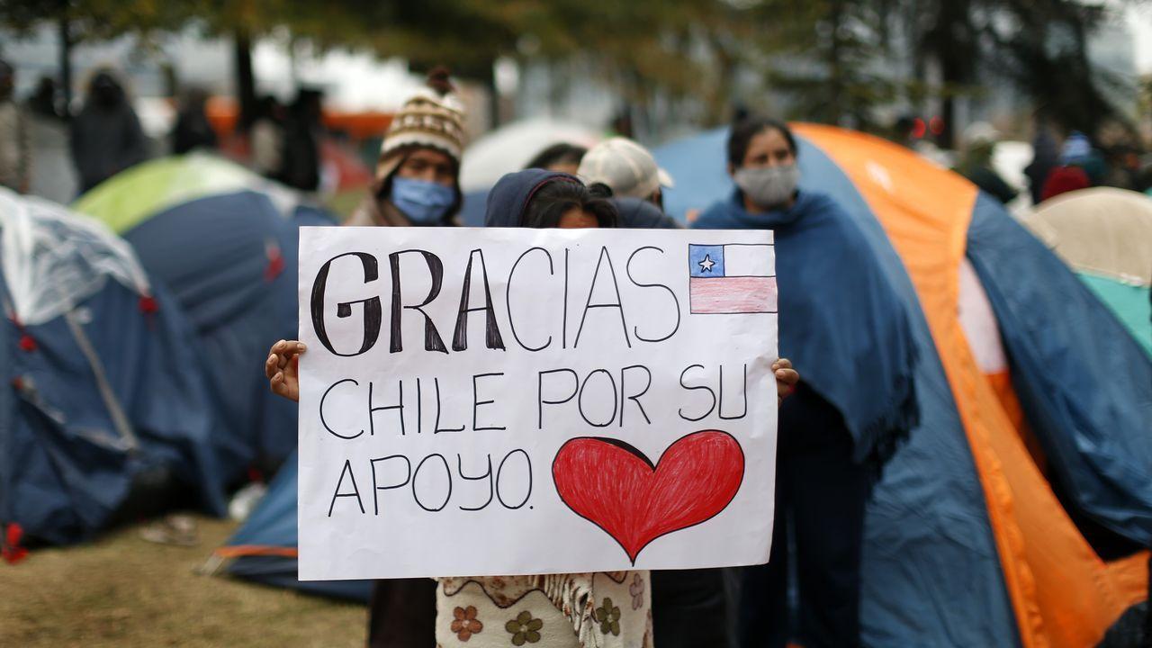 Emigrantes bolivianos que no pueden volver a su país por el cierre de fronteras agradecen la ayuda chilena recibida